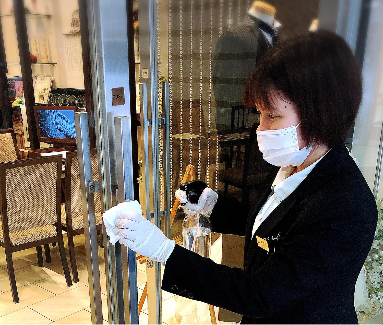 ドアノブ、扉、エレベーター内のボタン、化粧室の扉等、お客さまが触れる機会の多い箇所のアルコール消毒を実施しております