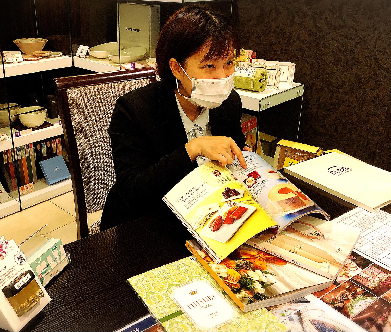 お客さまの健康と安全ならびに公衆衛生を考慮し、スタッフは接客時にマスクを着用しております